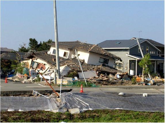 家屋が倒壊、前の道路は崩落(益城町惣領)