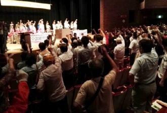 「勝つまで闘うぞ」と原告団、弁護団、支援者みんなで団結ガンバロー!